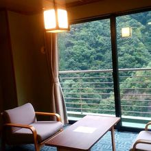 窓の外の景色は黒部川。