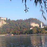 ブレッド湖畔の崖上にある小さなお城