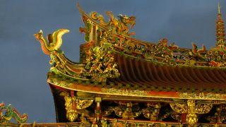 極彩色の寺院です。