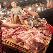 野菜、魚、肉などあれこれ並ぶ市場。「朝市」の意味だが、夕方までやっていた
