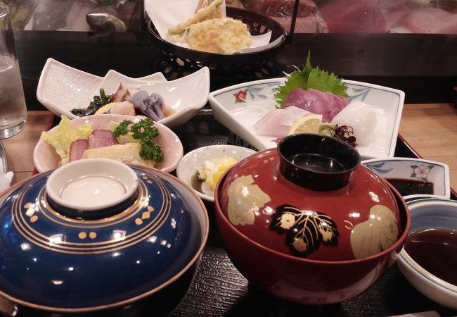 海鮮、野菜、揚げ物などのセット