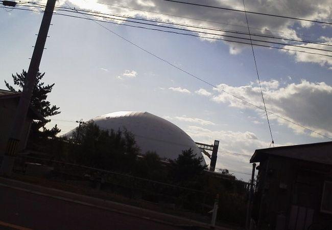 白いドーム型の建築物で、遠くからでも一際目立つ施設です。