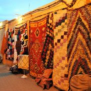 モロッコのベルベル絨毯とアラブ絨毯が売られています。