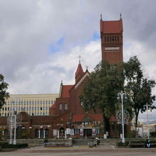 全面が赤い教会です