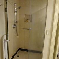 独立したシャワーブースあり、ドア下から少々水漏れ