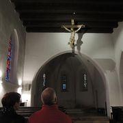ツタのからまる塔がシンボルのこじんまりした教会です