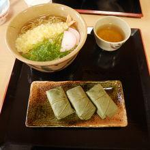 上北山村物産店の天ぷらそばと柿の葉寿司のセット
