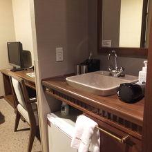 部屋に入ってすぐの洗面台。