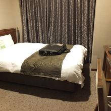 客室。ちょっと狭いかな。でもすごくきれいなお部屋です。