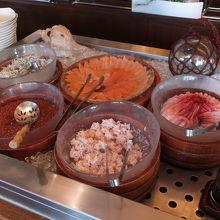 朝食バイキング、海鮮丼の具