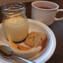 朝食デザート。プリン美味しい♪