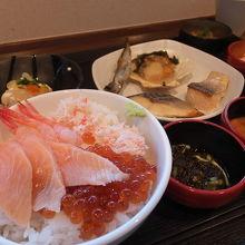 朝食。海鮮丼おいしい♪