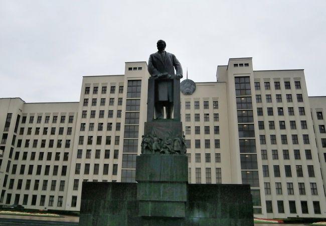 広大なネザレージナスツィ広場に立つレーニン像