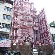 赤と白のストライプが印象的なモスク