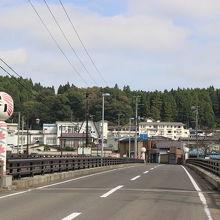 温泉街からこの橋を渡ったところにあります