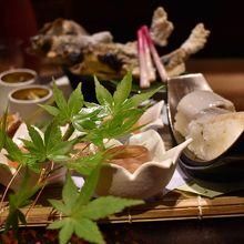 鮎の塩焼きと小鉢など
