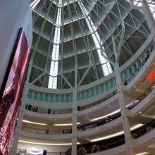 アジアのショッピングセンターにある、よくある大きな吹き抜け