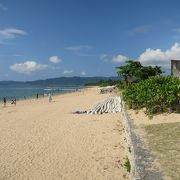 リゾートの側のビーチ