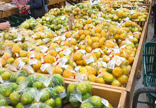 新鮮な野菜・果物が揃います。 平日でも駐車場は混んでました。