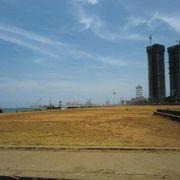 海に面した広場