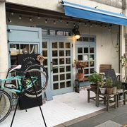 可愛い青い扉のミニカフェ