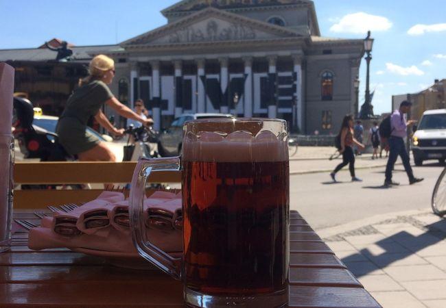 歌劇場広場に面したレストラン、夏場は外のテーブルで