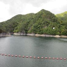 川俣ダム天端から望んだ川俣湖