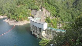 川俣ダムによって作られた人造湖、川俣ダムや瀬戸合峡、渡らっしゃい吊橋と併せての見学がお勧め