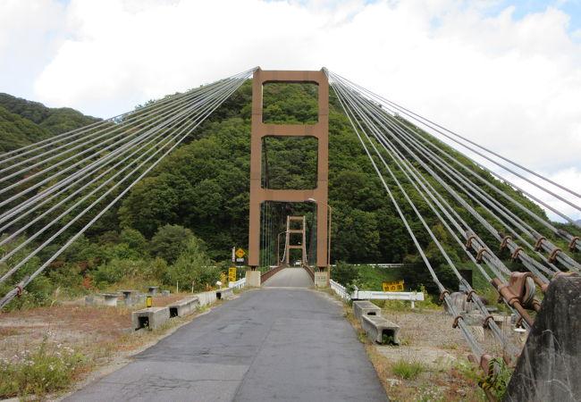 川俣湖に架かる吊り橋、雄大な川俣湖と周辺の山々を望めます