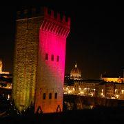 塔が微妙な色でライトアップ