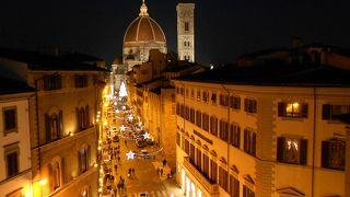 イルミネーションが美しい夜のフィレンツェ