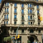 バルセロナのタクシーの色が黒と黄で、アルゼンチンのブエノスアイレスのタクシーと同じ色