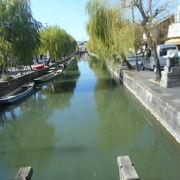 運河に沿った狭い道が続く