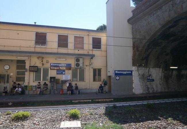 トンネルに挟まれた駅