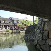 夜も昼も倉敷川を眺めるには最適の場所です。