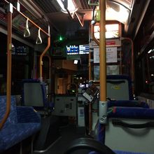 中型バスの車内。