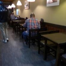 店内の様子テーブル席が沢山あります 2階にもあるようです