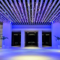 夜のロビーテラスはライトアップされて幻想的です