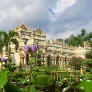 カラフルな仏教寺院