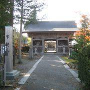 仁王像が出迎えてくれる『常堅寺』は、カッパ淵の入口。