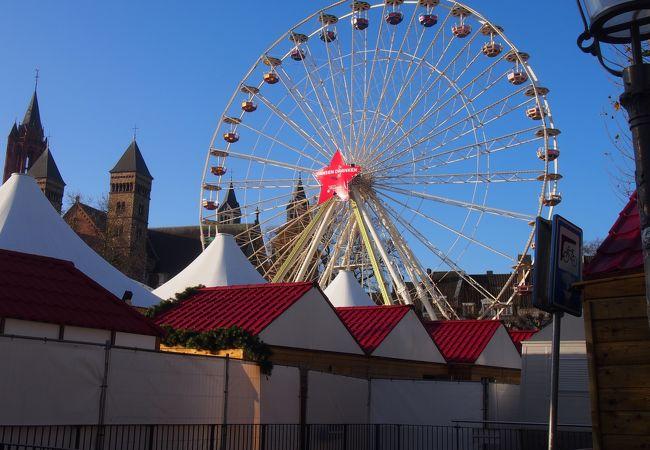 クリスマスマーケットの行われる広場