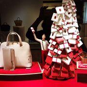 店舗のクリスマスバージョンのショーウィンドーが素敵