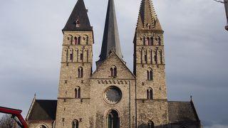 ロマネスク様式の歴史ある教会