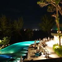 夜のプールはライトアップされてロマンチックな感じです