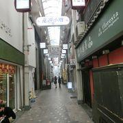 和装の店が並ぶ小粋な路地