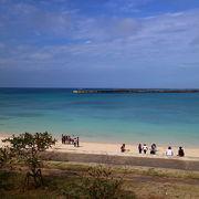 中心部からもすぐのビーチで平良港もみえ、近くには人頭税石などもある