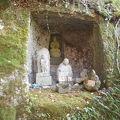 写真:岩谷観音とおしゃぶり婆さんの像