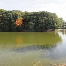 池に囲まれた陵です