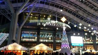 イルミネーションとクリスマスマーケット