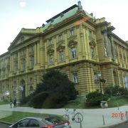 黄金色の美しい建物です